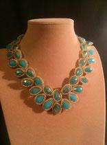 Collier cristal turquoise, serti de perle de rocaille dorée.
