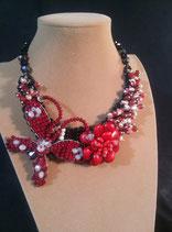 Collier, semi-plastron, papillon en cristal rouge, perle de culture d'eau douce et sa fleur rouge.