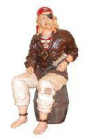 14112 Deko Pirat Figur sitzt auf Fass