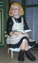 91526 Figur Mädchen sitzt mit Buch