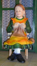 91519 Figur Mädchen sitzt und strickt