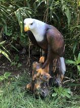 RIG005 Adler Figur lebensgroß auf Baumstamm