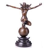 RIBT700 Bronzefigur Weiblicher Akt auf Weltkugel