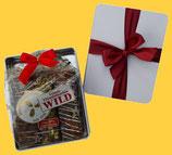 Sammlerdose Weiß, mit roter Schleife gebunden, gefüllt mit 3 Lebkuchen-Sticks Ihrer Wahl