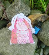 """Baumwollsäckchen """"Nostalgie rosa"""" (gefüllt mit frischen Zirbenspänen) + 10 ml reines BIO-Zirbenöl"""