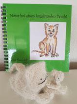 Mutterkatze zum Gebären mit jungem Kätzchen und Kinderbuch