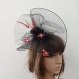 Chapeau en tulle noir papillons et plumes rouge