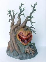 Réplica de calabaza de Halloween en el corazón de un árbol