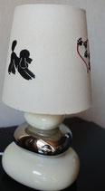 """Art:Nr:125498 bestickte Tischlampe cremefarben, Motiv """" Pudel mit Pfotenherz"""