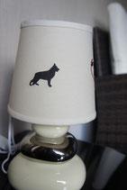 """Art:Nr:1456 bestickte Tischlampe cremefarben, Motiv """" Schäferhund Pfotenherz"""