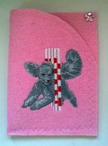 """Art:Nr:0042A  Ahnenpasscover bestickt, Motiv """" Silberpudel im Slalom"""