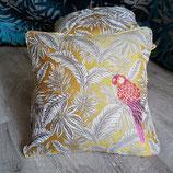 Housse de coussine deco, tissu jaune doré avec feuilles, pirroquets, toucans