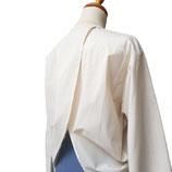 Klassisch-moderne Bluse mit einem Akzent auf der Rückseite.