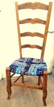 Ancienne chaise de nourrice paillée en chêne. Tons bleus, bleus foncés, bleus outremer, marrons.
