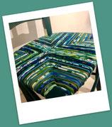 Chaise paillée en torons de tissus. Collection Mers. Bois couleur bleu canard.
