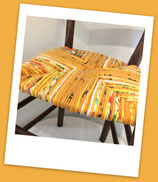 Chaise paillée en torons de tissus. Collection Eté indien. Paillage jaune curry. Bois naturel.