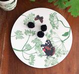 Assiette plate à base de bambou et maïs avec motif floral et papillons d'un diamètre de 27,5 cms ou de 20,5 cms.