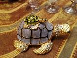Schildkröte mit Kristallen und goldig
