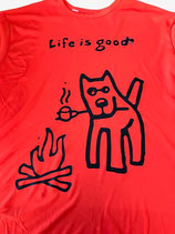 T-shirt hond bij kampvuur