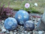 Tierurne in Kugelform in blaugrau mit Pfotenabdrücken