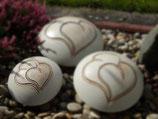 Tierurne in Diskusform aus Keramik mit Doppelherz - creme