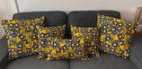 Housse de coussin fond jaune fleurs bleues