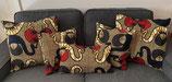 Housse de coussin marbré brun motifs noir/rouge/blanc