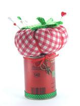 Tomaten-Nadelkissen auf der Dose