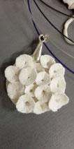 EB- Pendentif fleurs en porcelaine + tour de cou en métal