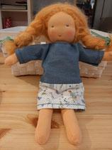 Kleines  Puppenmädchen mit blonden Haaren