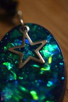Kette mit ovalem Glitter- Schimmer in grün- blau
