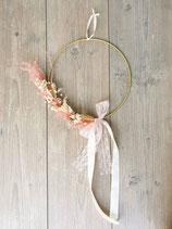Floraler Reifen mit Trockenblumen und zartem Spitzenband
