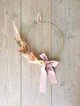 Floraler Reifen mit Trockenblumen und Samtband