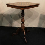 Antico tavolo con scacchiera