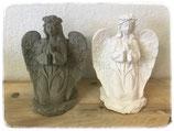 Engel betend mit Rosenkranz