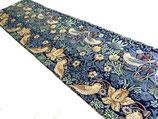 川島織物/イチゴドロボウ(紺)テーブルランナー