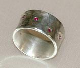 Silberring mit eingeriebenen Rubinen