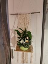 Blumenampel mit Brett aus Makramee