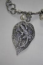 Halskette mit Geko auf Blatt