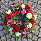 Trauerkranz rundumgesteckt, saisonal bunt mit Röschen