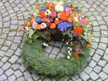 Tannenkranz mit Blumenauflage, bunt
