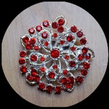 Broche ronde argentée à strass rouges BRO024.