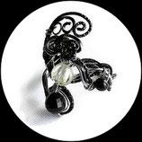 bracelet en fil d'aluminium noir et argent, perles de verre, bijou fait main