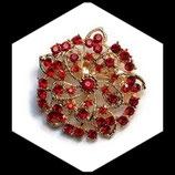 Broche ronde métal doré à strass rouges BRO039.