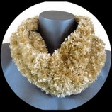 Snood imitation fourrure beige doré, tricoté main.