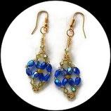 Boucles oreilles losange bleu irisé et or en perles facettes, rocaille - boucles artisanales