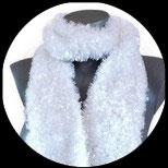 Echarpe tricotée main imitation fourrure blanche.