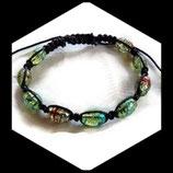Bracelet shamballa noir, perles ovales craquelées vertes décorées