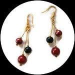 Boucles oreilles  grappe 3  fil aluminium doré perles rouge et noir. BO036