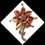 Broche fleur orangée métal doré et strass BRO042.